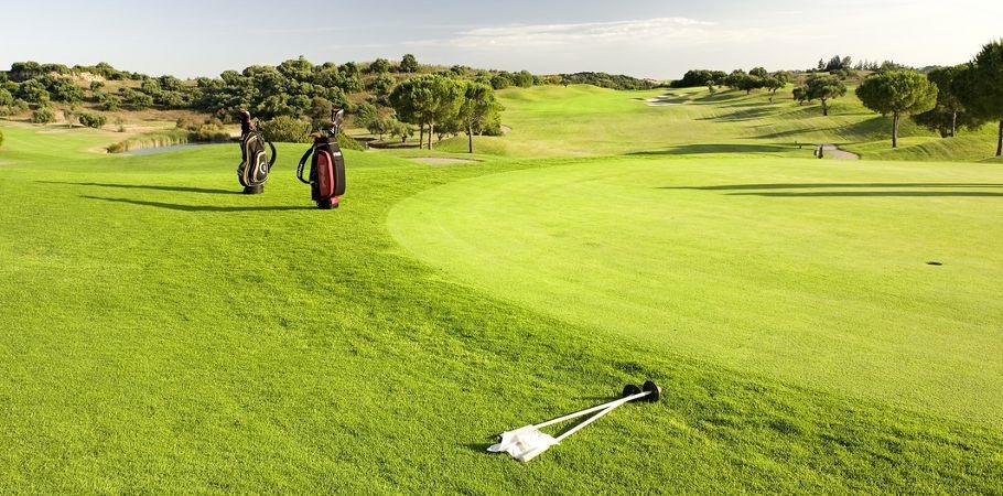 Golfeurs s'exerçant sur le putting green de Montecastillo