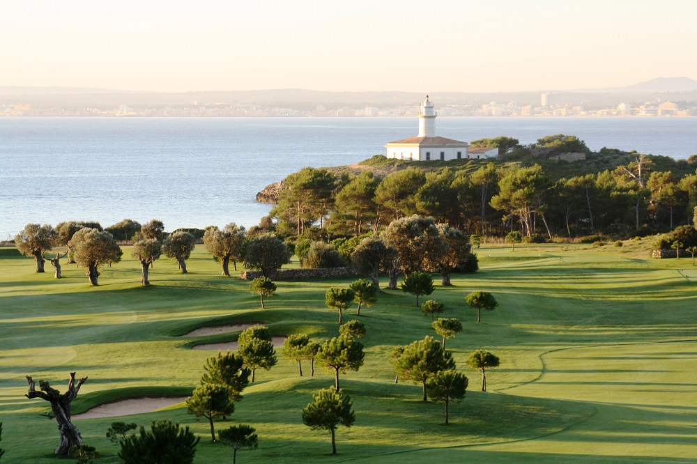 Vue sur le phare depuis le fairway du golf d'Alcanada