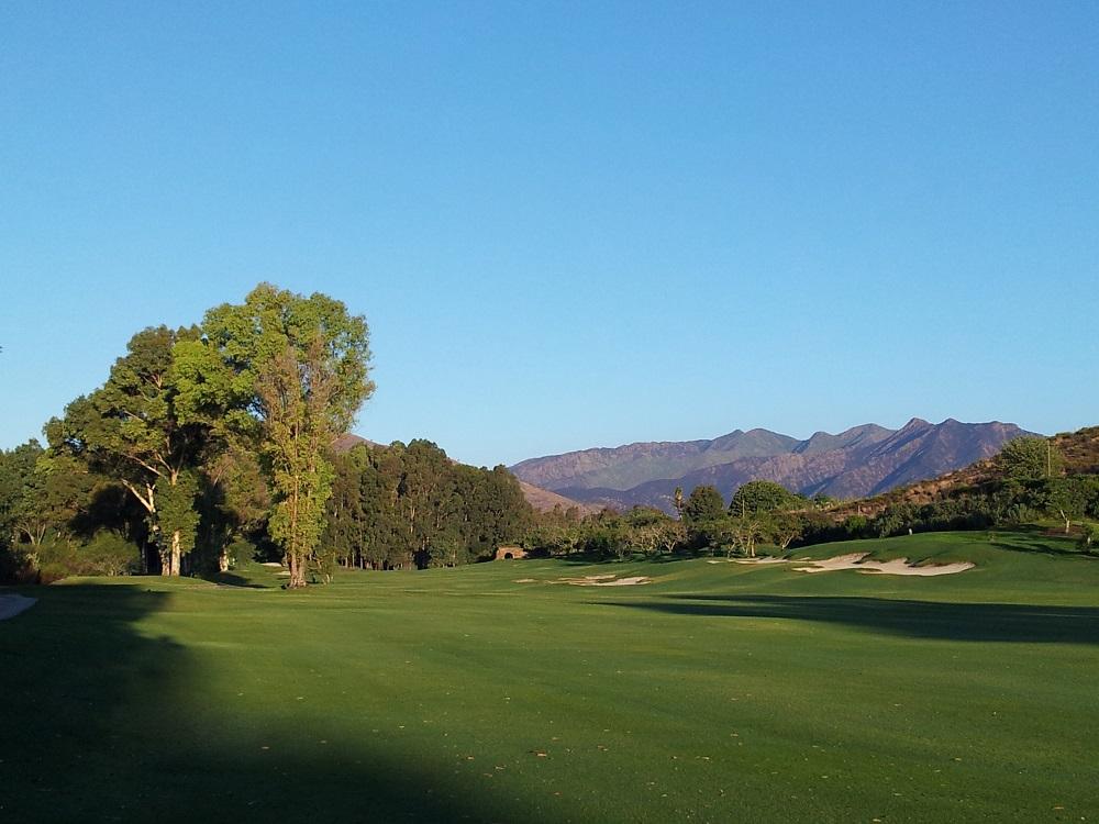Large fairway et bunkers sur le golf Santana