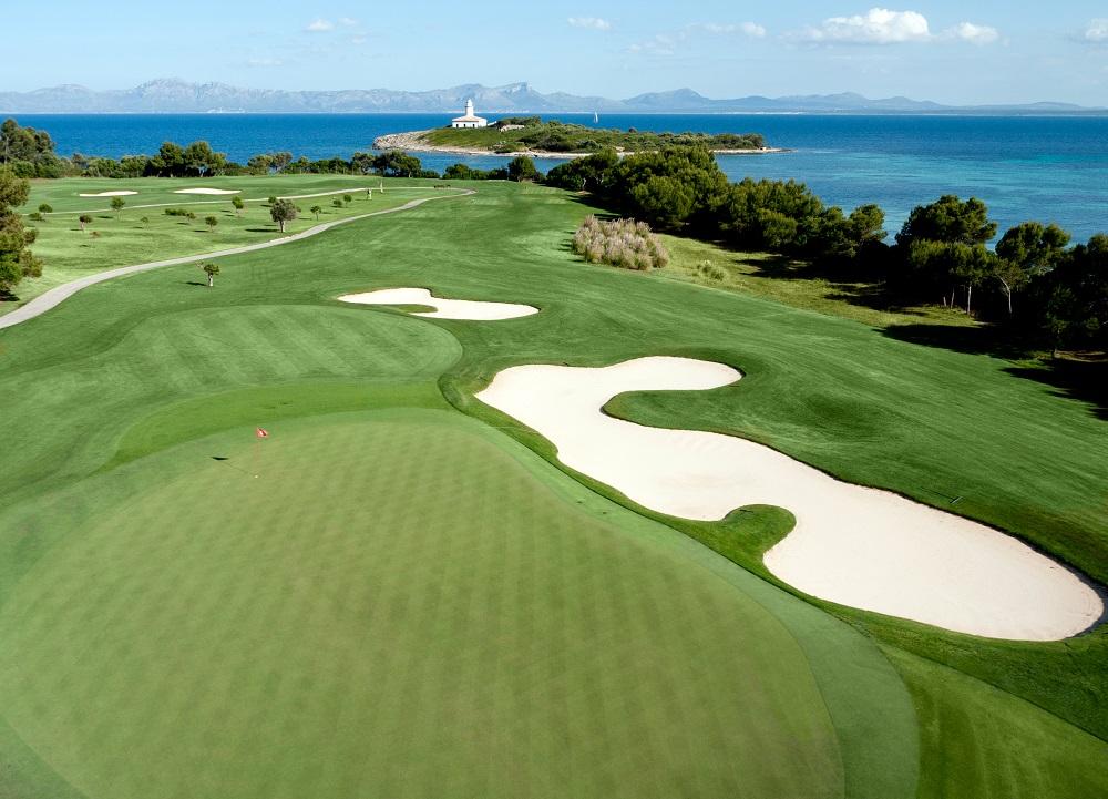 La vue aérienne du green du golf d'Alcanada.