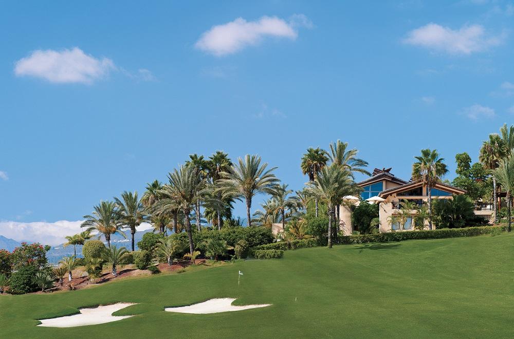 Bunkers, green et palmiers sur le golf Abama