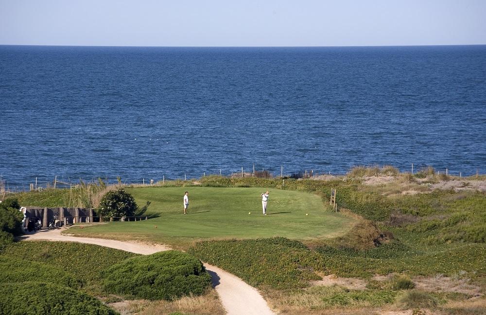 Golfeurs sur le départ du golf Parador del Saler avec vue sur la mer