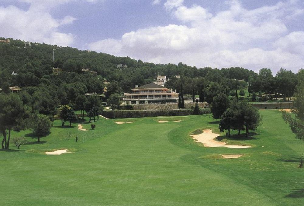 Fairway et vue sur le club-house du golf d'El Bosque