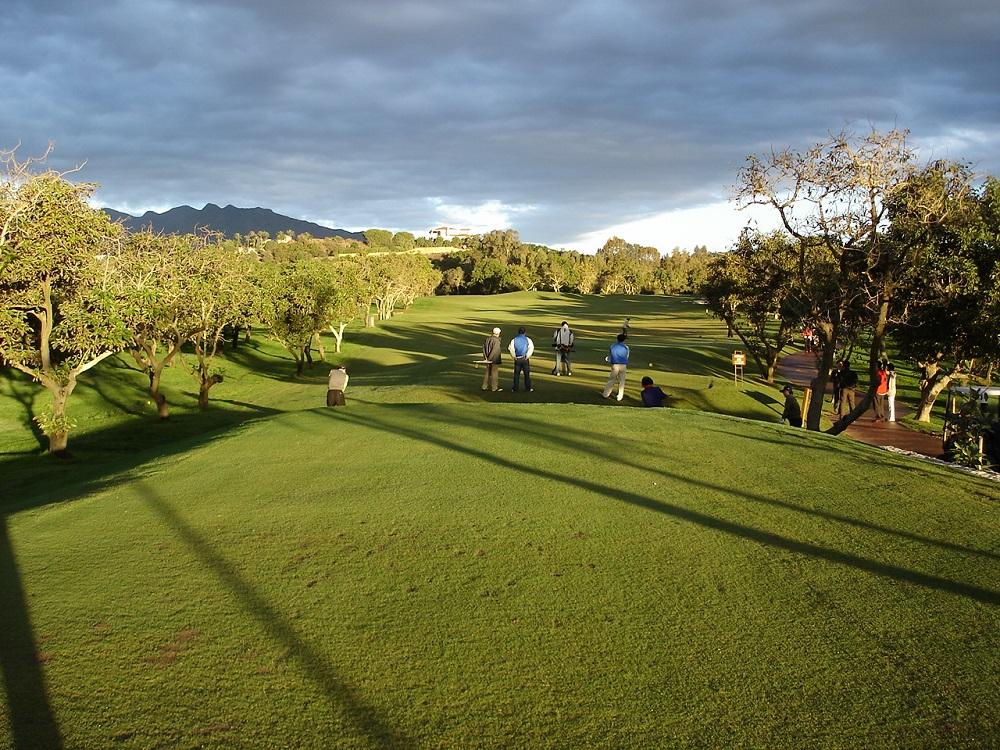 Golfeurs en action sur le parcours de Santana