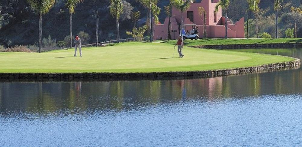 Golfeurs sur le green du golf Los Flamingos