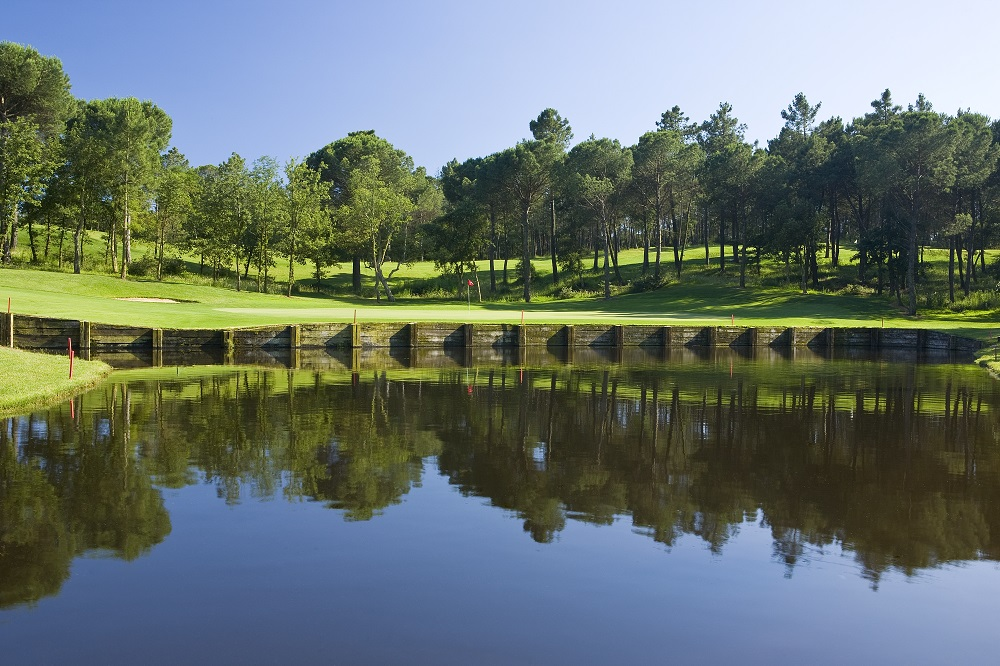 Grand étang devant un green sur le PGA Catalunya Course