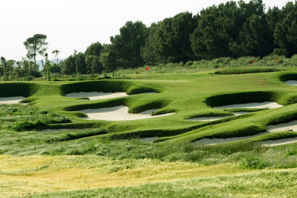 Green défendu par plusieurs bunkers sur le golf d'El Prat Open Course