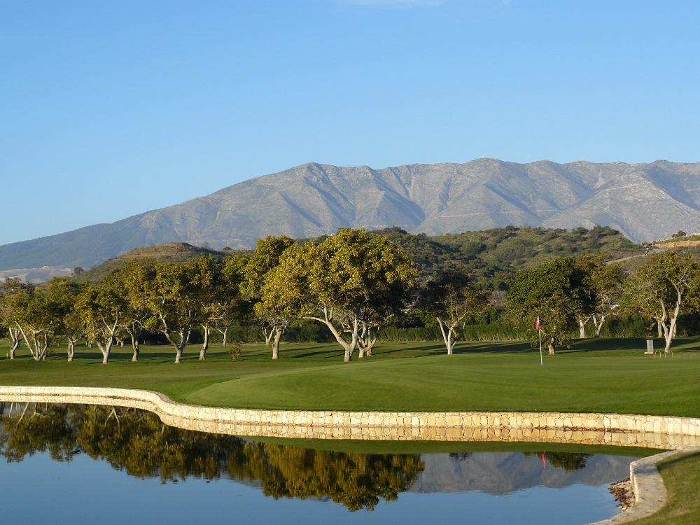 Green du golf Santana au milieu des montagnes