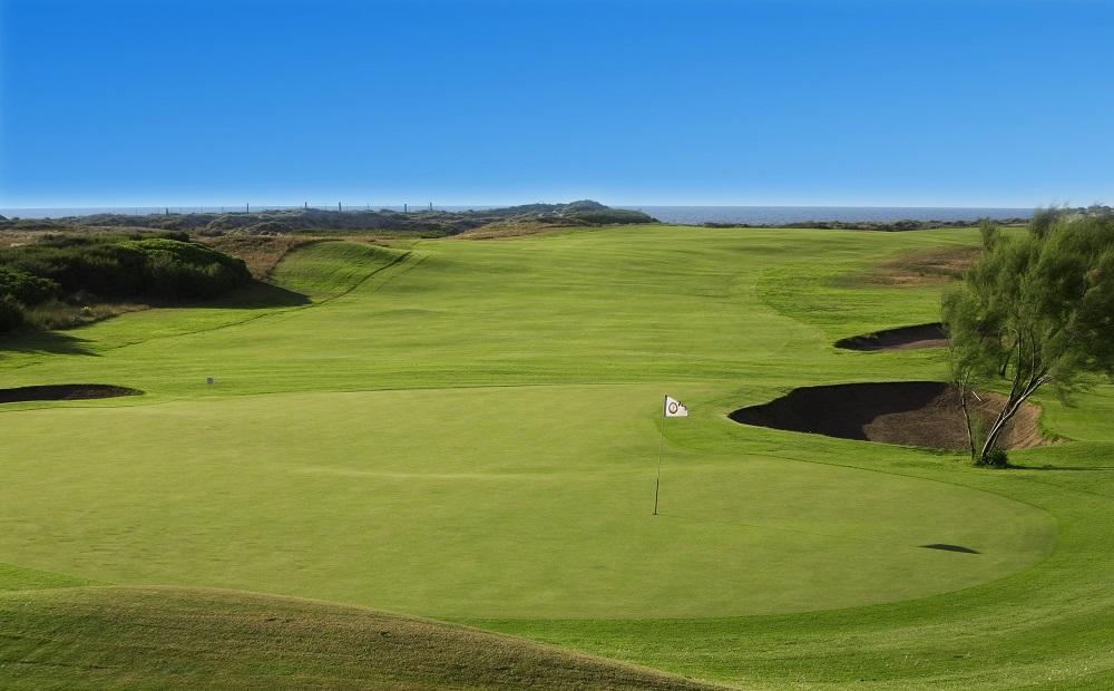 Larges green et fairway sur le golf Parador del Saler avec vue sur la mer
