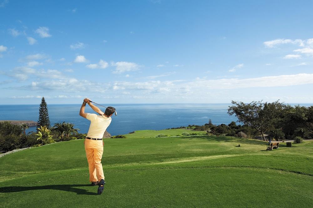 Un joueur du golf de Tecina.