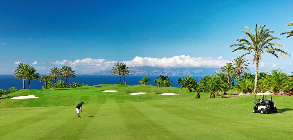Golfeur sur les fairways du golf d'Abama face à la mer