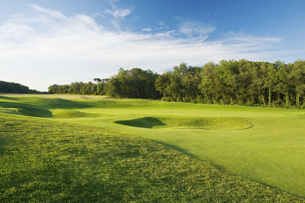 Bunkers d'herbe et green sur le parcours du PGA Catalunya Tour