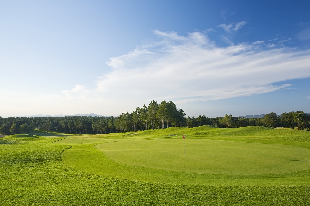 Green et fairway du parcours PGA Catalunya