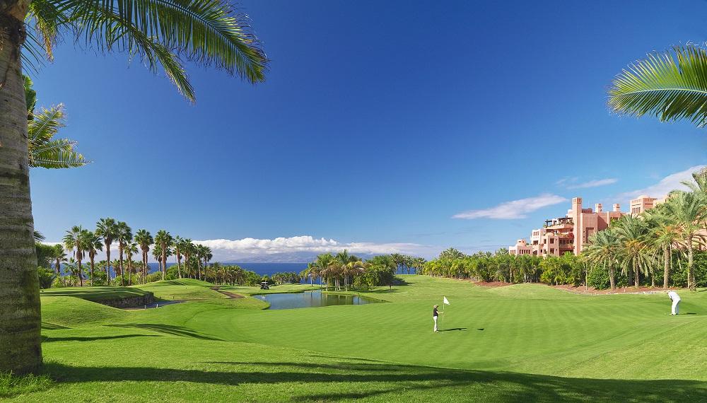 Green et palmiers sur le golf Abama avec vue sur mer