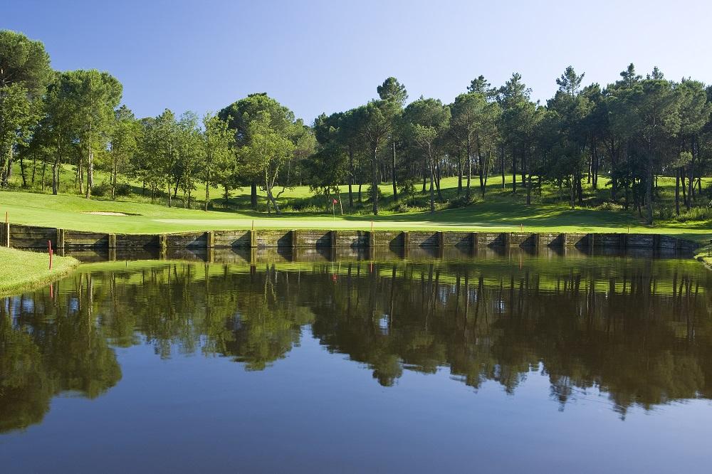 Lac protegeant le green sur le parcours du PGA Catalunya Tour