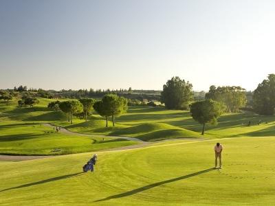 Golfeur en action sur le green de Montecastillo
