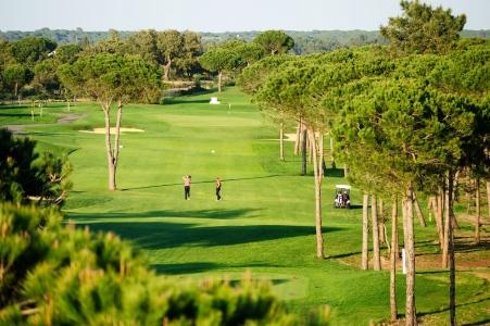 Golfeurs en action sur le parcours d'El Rompido Norte