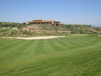 Vue sur le club-house depuis le fairway du golf de Logrono