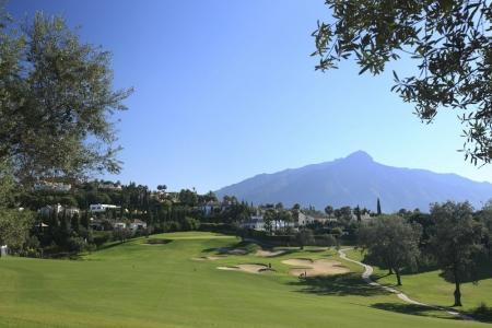 Large fairway et green sur le golf Las Naranjos