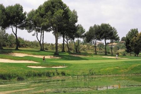 Etang et bunkers autour d'un green sur le golf d'El Bosque