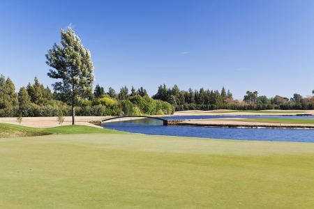 Fairway et lac sur le Real golf club de Sevilla
