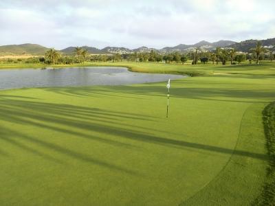 Etang au bord du green sur le golf La Manga Club