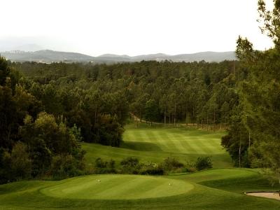Départ du Trou 1 et vue sur la foret sur le PGA Catalunya Stadium Course
