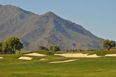 Green, bunkers et montagnes sur le golf de Finca Cortesin