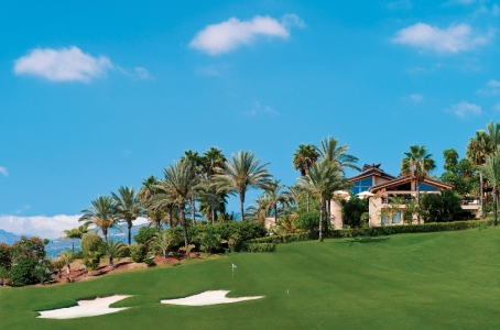 Vue sur les bunkers, le green et les palmiers du golf d'Abama