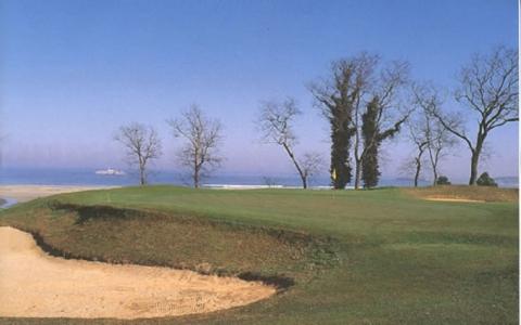 Green et vue sur la mer du golf Pedrena