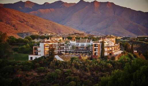 Le resort La Cala au milieu des montagnes
