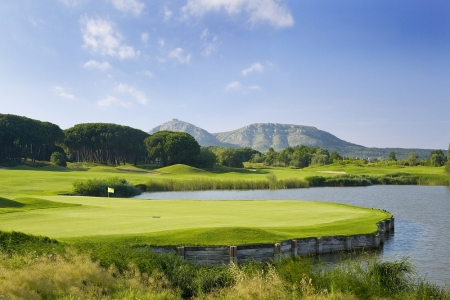 Green et fairways entourés des montagnes sur le PGA Catalunya