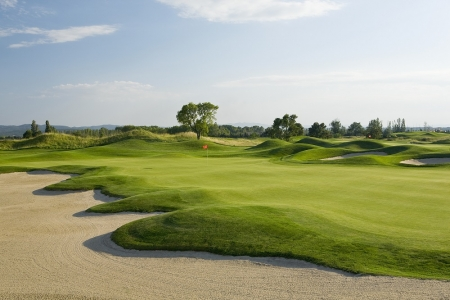 Le bunker et le fairway du du golf d'Emporda Links&Forest.