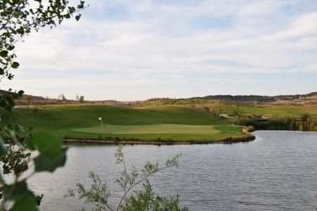 Un green protégé par un lac du golf de Saldaña.