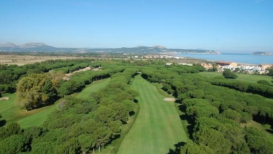 Une vue aérienne du golf le Platja de Pals.