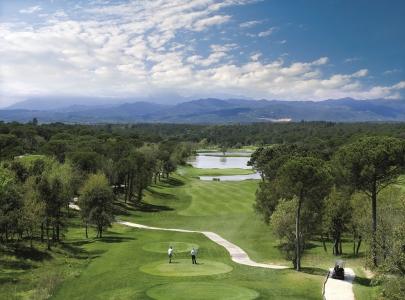 Vue en hauteur des départs et du trou numéro 13 sur le PGA Catalunya Stadium