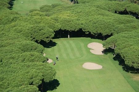 Une vue aérienne d'un green du golf Platja de Pals.
