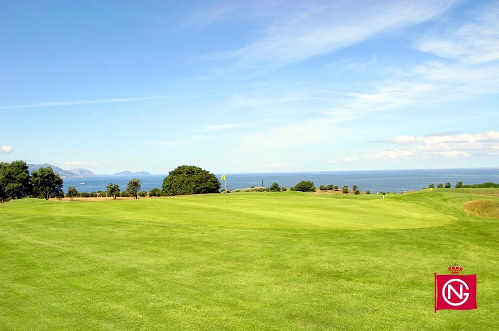 Large green sur le parcours Neguri avec vue sur mer