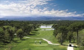 Golfeurs au départ sur le parcours Stadium du PGA Catalunya