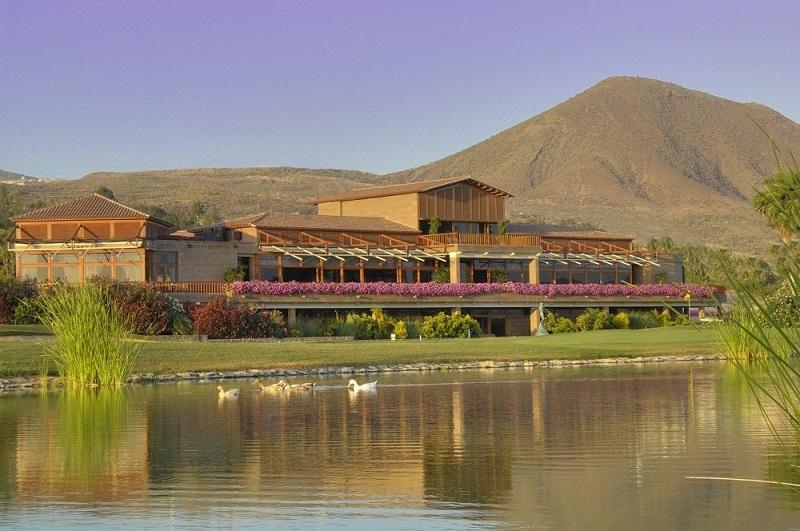 Vue du Club-House Las America à Tenerife devant le point d'eau